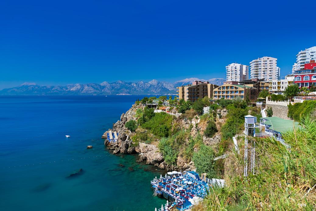Die Fels-Küste von Antalya, Türkei © Tatiana Popova / Shutterstock.com