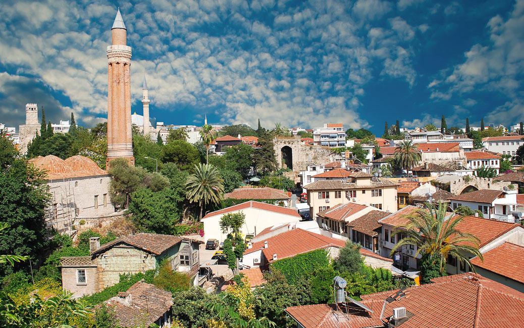 Die Altstadt Antalyas, links das Minarett der Yivli Minare Moschee © Waj / Shutterstock.com