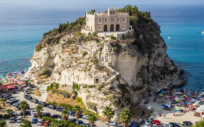 Die Wallfahrtskirche .Santa Maria Dell'Isola von Tropea © Belfry / Shutterstock.com